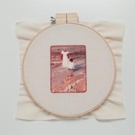 Lipcia, Amartelo, 2016. Série: Retratos. 2, Bastidor, fotografia bordada com fio vermelho. 40 x 40 cm