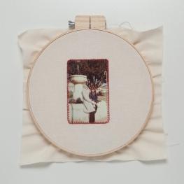 Lipcia, Amartelo, 2016. Série: Retratos. 3, Bastidor, fotografia bordada com fio vermelho. 40 x 40 cm
