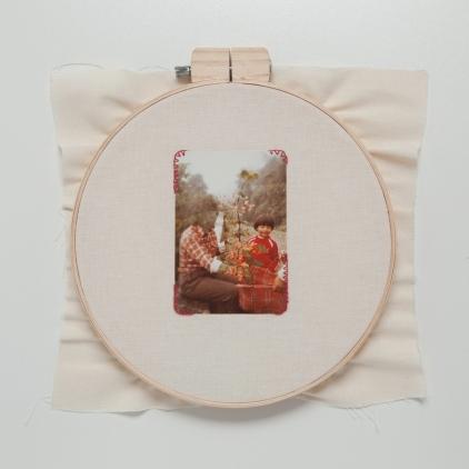 Lipcia, Amartelo, 2016. Série: Retratos. 4, Bastidor, fotografia bordada com fio vermelho. 40 x 40 cm
