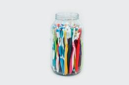 Milton Blaser . Cotidiano em um momento 2017 Série Vidros Cotidianos Garrafão com Escovas de Dentes Usadas 25 X 15 cm diâmetro