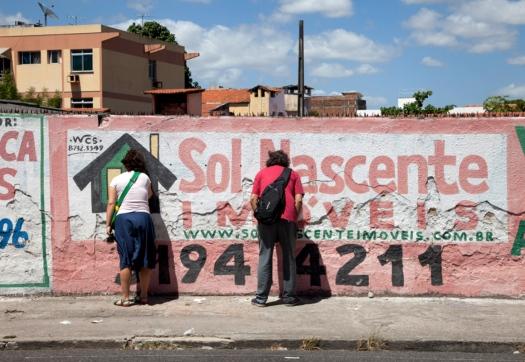 Júnior Pimenta Linha para tentar ver o horizonte, 2012 Intervenção urbana com instalação de olhos mágicos em um muro
