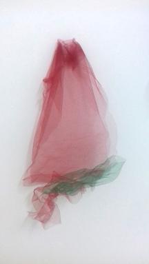 Thais Stoklos Vermelho, 2017. Série: Tule . tule, 60 x 38 x 10 cm
