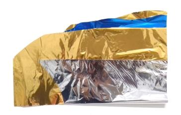 Thais Stoklos Dourado, 2017. Série: Brilho . Papel metalizado , 43 x 30 cm
