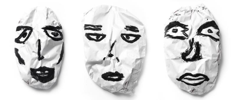 Marcelo Brasiliense, Cara de Papel, 2017. Papel jornal, guache e fita adesiva. 42 x 30 x 5 cm cada