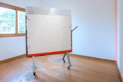 SANTACOSTA, Badalo, 2016, Acrílica e óleo sobre telas, fita adesiva, manta asfáltica, 173 x 156 x 55 cm Foto: Ivan Padovani