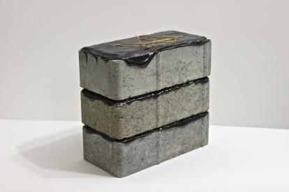 SANTACOSTA, B&G, 2014, Acrílica sobre blocos de concreto e fio de metal, 18,5 x 9,5 x 19,5 cm