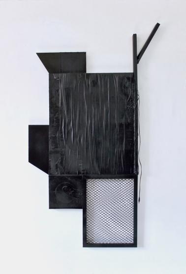 SANTACOSTA, Blackbird, 2018, Acrílica e óleo sobre tela, fita adesiva, rede de pvc, madeira, cabo elétrico e spray, 120 x 60 x 21 cm