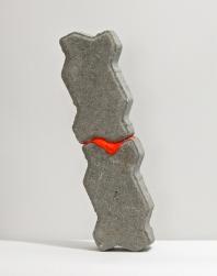 SANTACOSTA, Over I, 2014, Acrílica sobre bloco de concreto, 44,5 x 17 x 6 cm