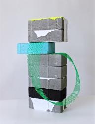 SANTACOSTA, Sobreposição e deslocamento, 2017, Acrílica sobre blocos de concreto, manta asfáltica e rede de pvc 50 x 30 x 21 cm