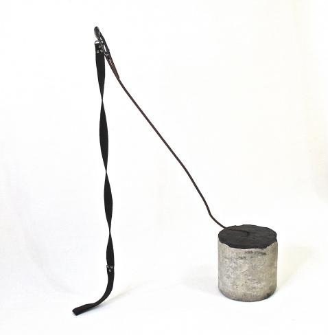 SANTACOSTA, Trago do silêncio, 2014, Acrílica sobre bloco de concreto, guia de nylon e ferro, 93 x 64 x 21ø cm