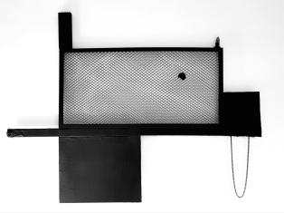 SANTACOSTA, Trava negra, 2018, Acrílica e óleo sobre tela, fita adesiva, rede de pvc, madeira, lâmpada e spray 44 x 38 x 14 cm