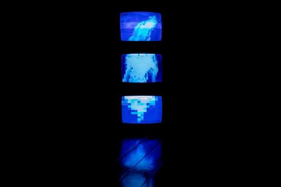 """Jp Accacio   Queda, 2018 (vista da instalação) Instalação audiovisual composta por três televisores de tubo de 29 pol. exibindo em looping três vídeos de 640 x 480p com duração de 2'26"""", 2'33"""" e 2'33"""" respectivamente"""