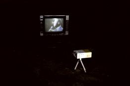 """Jp Accacio   Ressuscita-me, 2018 (vista da instalação) Instalação audiovisual composta por mini projetor, mini tripé, aparelho de televisão antigo e vídeo 640 x 480p com 3""""41' de duração exibido em looping."""