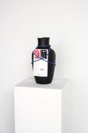 Fernando Moleta. Your master has his own rules, 2018. Vaso de cerâmica, livro e corda elástica. 40x20 cm