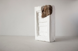 Paulo Sica   Sem Título (2018) - fragmento de tijolo e gesso . 31 x 23 x 9cm