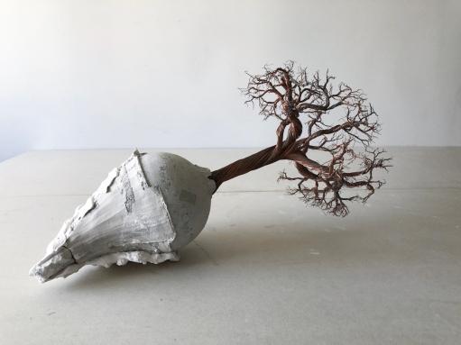 Paulo Sica   Cápsula do tempo (2016) - cobre, cimento, gesso com objeto incrustado . 30 x 55 x 25cm