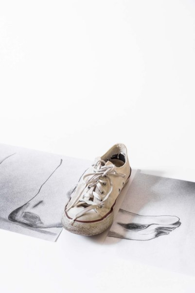 Fernando Moleta. I wore my sneakers but i'm not a sneak, 2018. Grafite sobre papel e tênis, 40x10 cm
