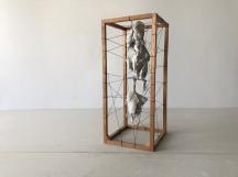 Paulo Sica   A Árvore da Vida (2018) - gesso pedra em armação de madeira e cordão . 43 x 18 x 18cm