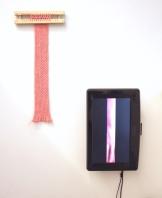 """Gabriel Pessoto, uma quedinha, 2019. Tear de pregos, lã e vídeo, mudo, em loop. Vista da exposição """"no dia primeiro, no nono andar"""", Lamb Arts, São Paulo."""