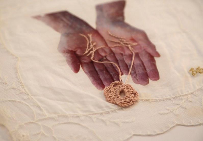Janaisa Cantele. outro tempo se constrói, 2019. Transferência de fotografia, lenço e linha de crochê. 26 x 26 cm