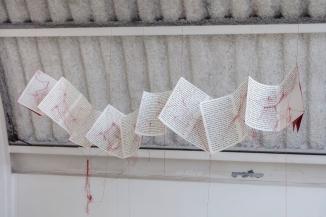 Janaisa Cantele, entre. linhas, 2018. Livro de artista, linhas de costura e dois carretéis. 26 x 140 x 20 cm
